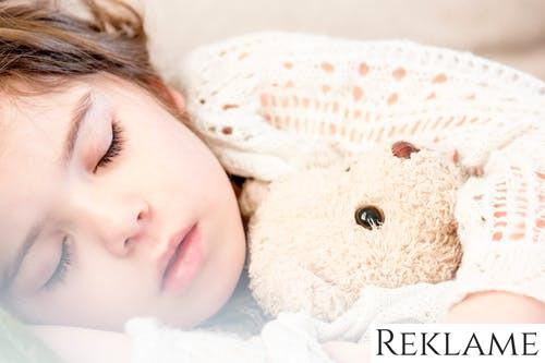 Svært ved at holde sengetiderne? Her er guiden til at hjælpe dit barn med at falde i søvn